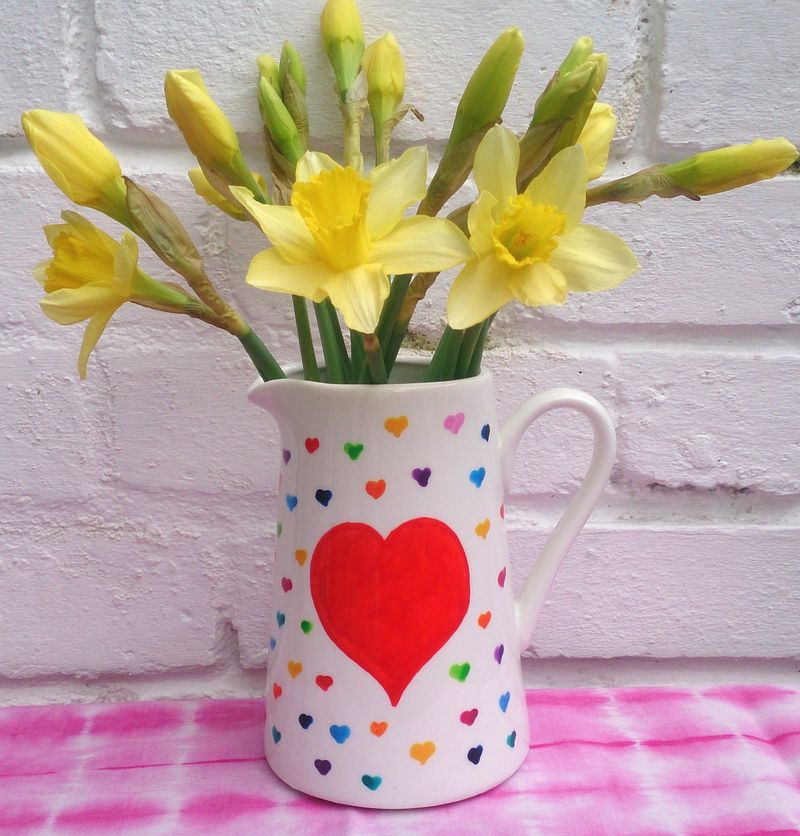 Lu Hoppy Spring vase of daffs