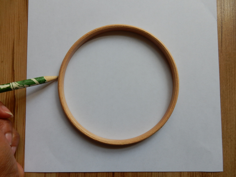 Lu Embroidery Hoop Tutorial drawing around frame